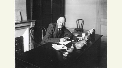 Charles Nicolle dans son bureau, à l'Institut Pasteur de Tunis, vers 1910