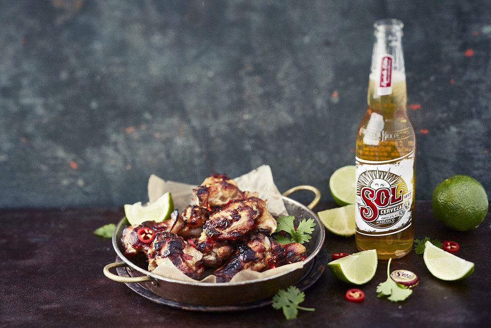 """Sol on aito meksikolainen, kevyt lager-olut joka tarjoillaan hyvin jäähdytettynä. Solin kantava teema on """"Espiritu libre"""", ja se sopiikin mainiosti aikuisille, jotka haluavat vaalia pieniä vapauden ja irtioton hetkiä arjen keskellä."""