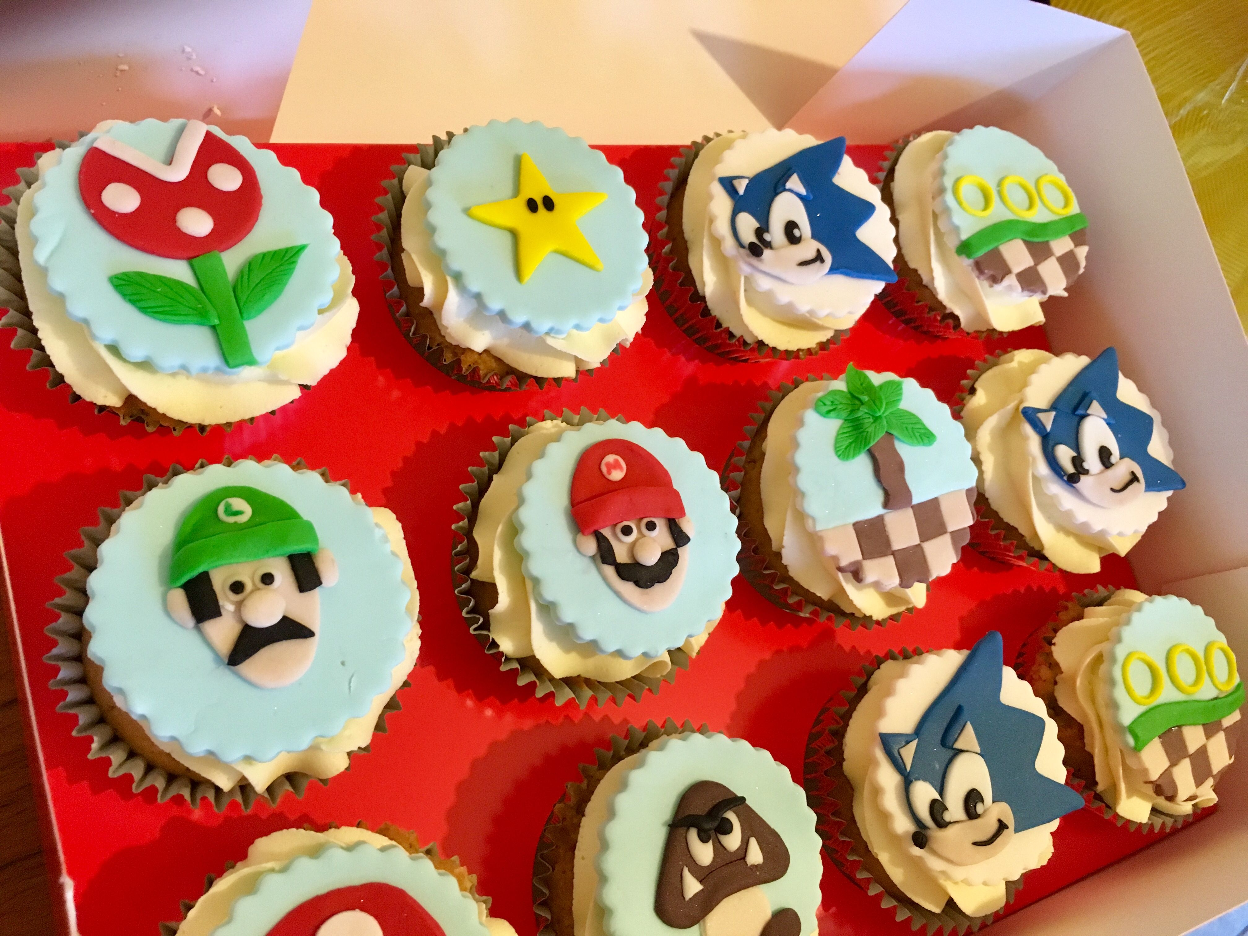 Super Mário and Sonic cupcakes