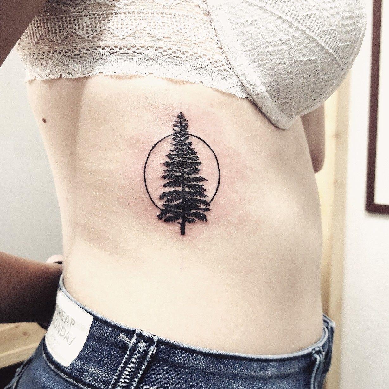 Tattoo d'hiver, un sapin majestueux  #tattoo #tattoos#tattooart #linework #blackwork #minimalisttattoo #graphictattoo #pinetree #vegetaltattoo #tattoooftheforest #ribstattoo #tattoostagram #instatattoo #ladytattooers