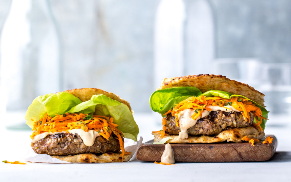Spicy Burgers With Tahini Sauce And Harissa Carrot Slaw Med Billeder Sund Mad Mad Sundhed