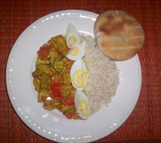 Chicken masala in coconutcream, red pepper and with rice, egg and pita