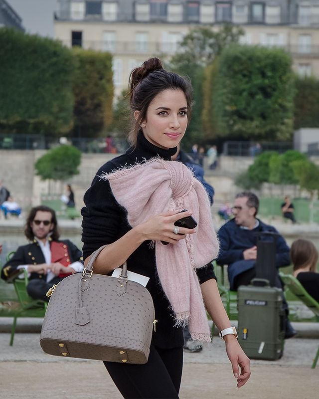 tie it in a bow. in the Tuileries, Paris.