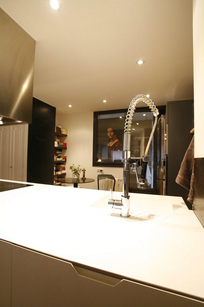 + se reservó el color blanco para destacar la pieza central de la cocina y que se integrara mejor en el salón...la pared negra es una pizarra