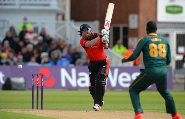 Paul Collingwood helps Durham to a T20 win over Derbyshire.
