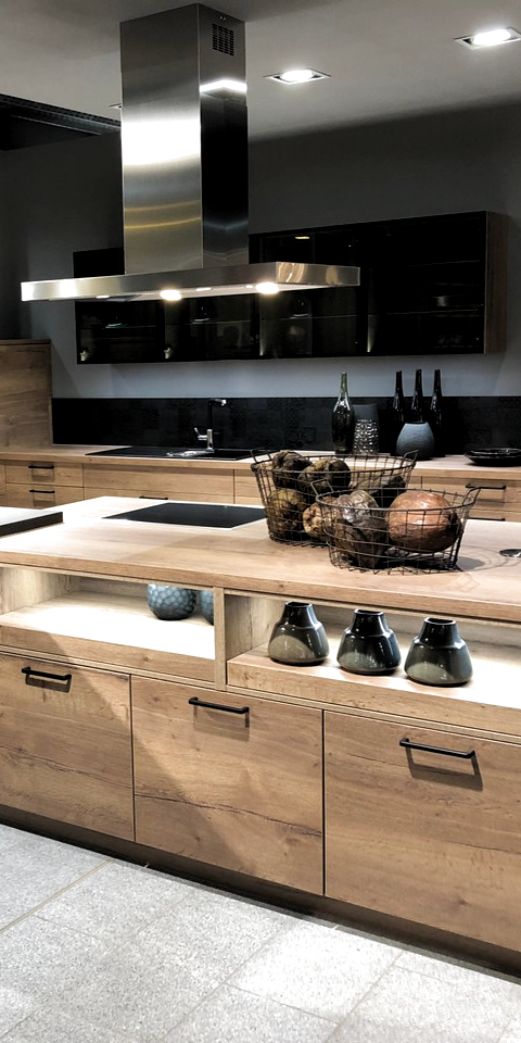 Küchen in Holzoptik lassen sich sehr gut mit Schwarz oder Edelstahl kombinieren – oder beidem.  #kueche #mhkkueche #küche #küchen #küchendesign #kücheninspiration #kitchen #kitchendesign #kitcheninspiration
