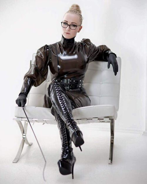 Latex rubberdoll in military gas mask test with ruby luster - 3 3