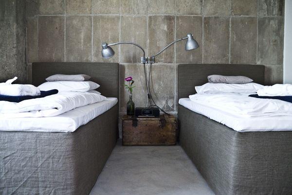 En las habitaciones, lino mullido en las camas y cemento en las ...