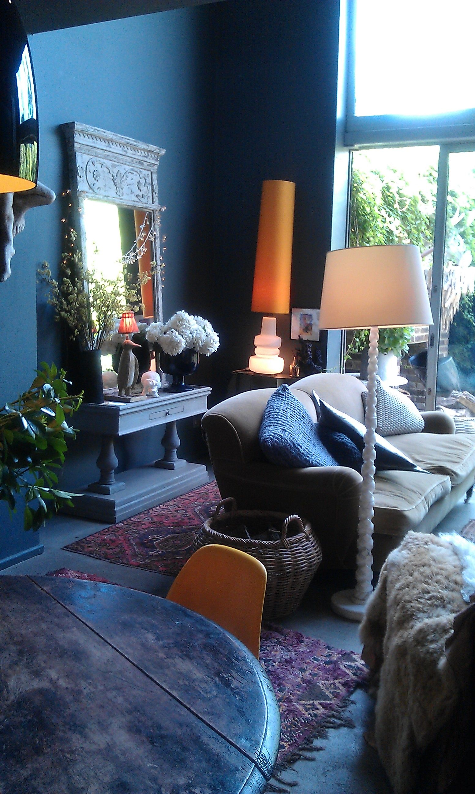 colour scheme / sofa / table / lamps / rug