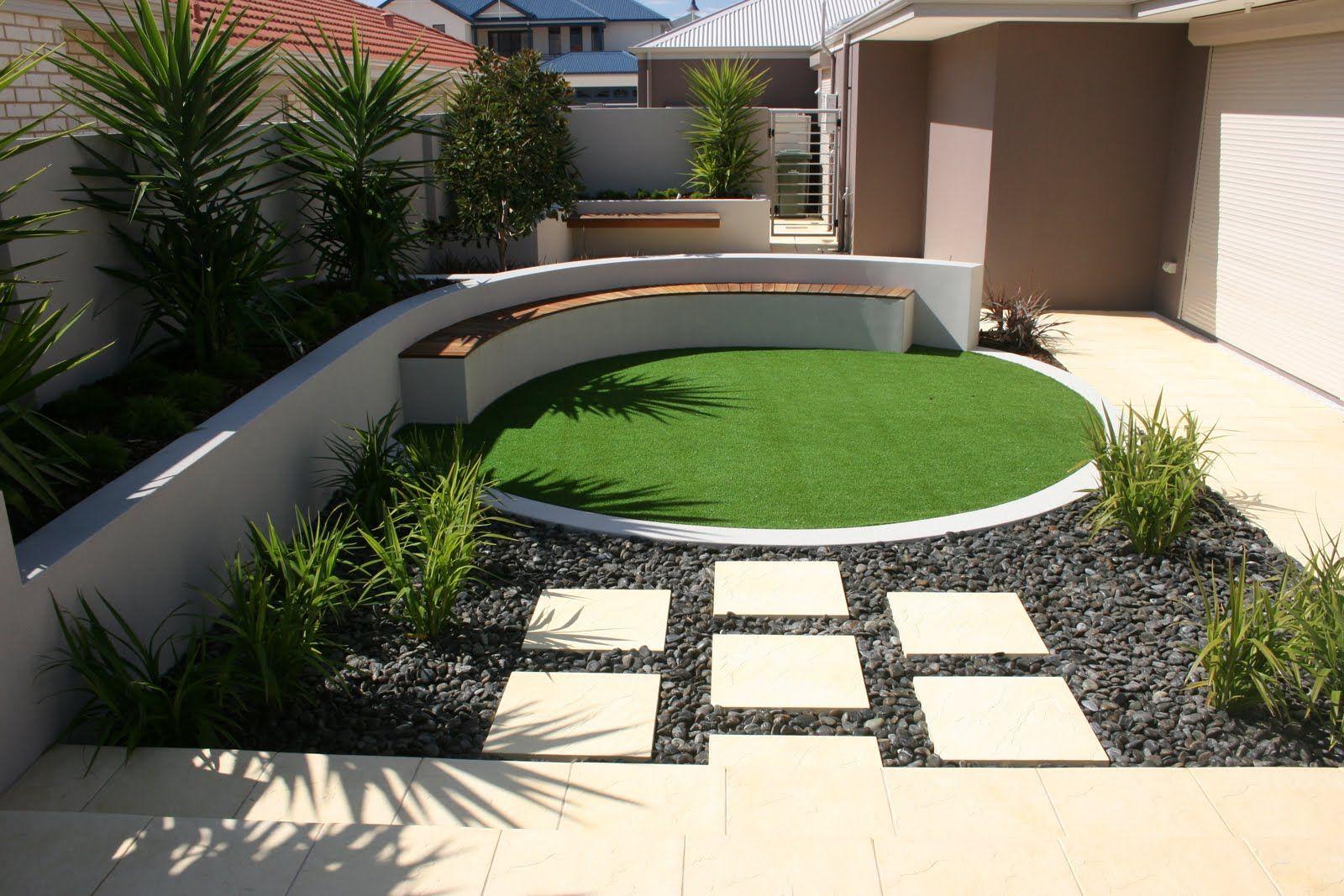 Peque o dise o de jardin con baldosas piedras decorativas for Setas decorativas para jardin