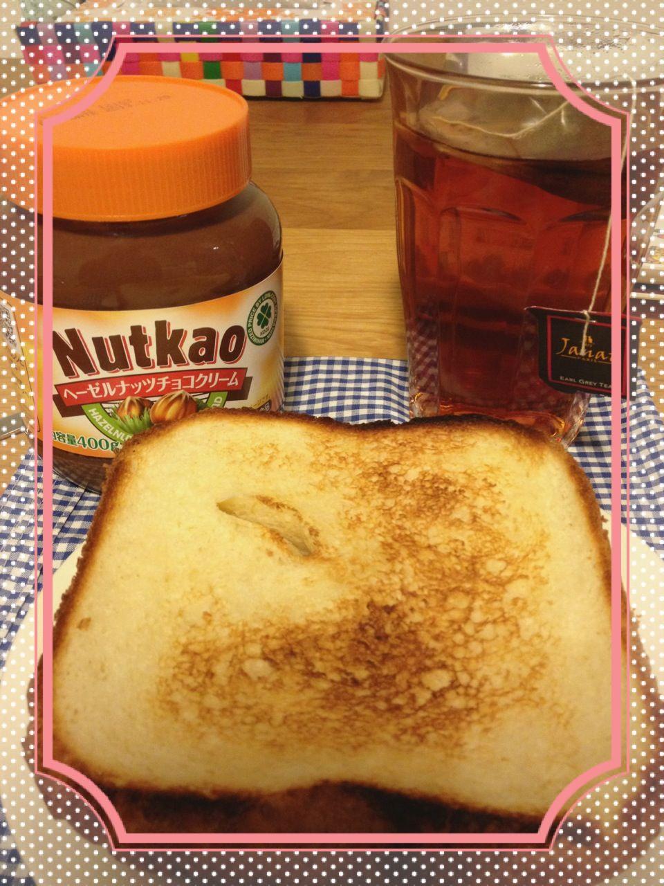 朝はパンを焼いて食べましょう(︶ω︶)  紅茶はアールグレイのティーで  チョコクリームはヌテラから1/3コストなnutkaoでƪ(•̃͡ε•̃͡)∫ʃ