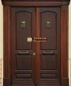 Puerta de entrada cl sica de madera sapelli doble hoja for Puertas dobles de madera