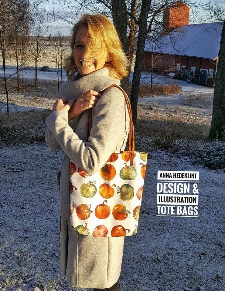 My beautiful daughter trying the deluxe tote bag with my apple design #madeinsweden #surfacepattern #patterndesign #giftidea #totebag #textiledesign #swedishpatterndesigner #visitnykoping