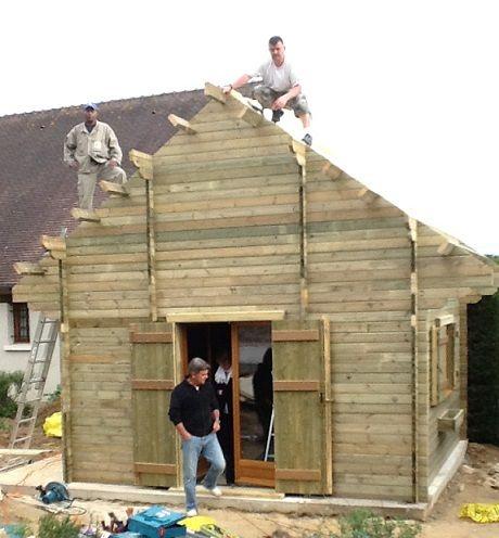 l 39 quipe maisonelle sur le toit d 39 un abri de jardin sur mesure nos chantiers de montage d. Black Bedroom Furniture Sets. Home Design Ideas