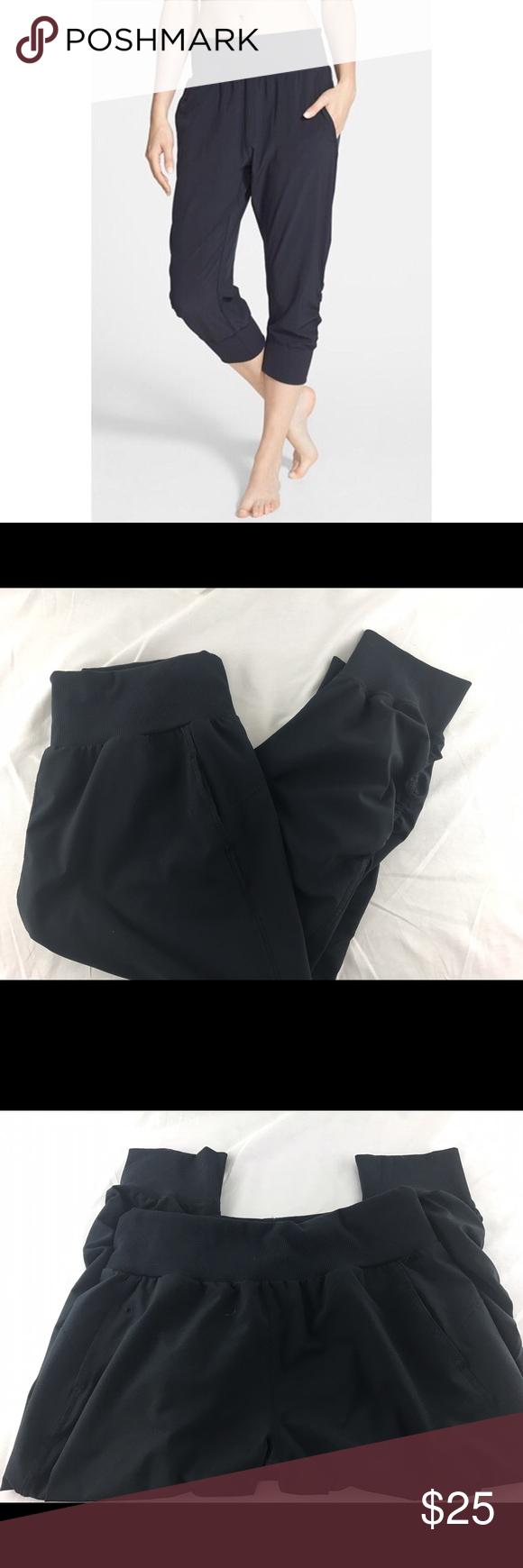 Zella Cropped Capri Joggers Size Medium In excellent preworn condition! Size medium. Black color. No wear! Sorry, no trades Zella Pants Track Pants & Joggers