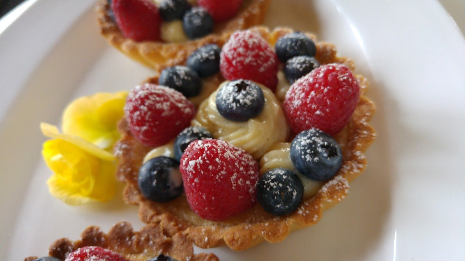 Terter med frangipane, vaniljekrem, bringebær og jordbær     Her kommer nok en oppskrift fra Kakekrigen. Frangipane er en kjempegod man...