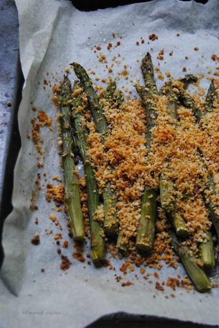 Peanut cooks: Asparagi con crumble di mandorle.