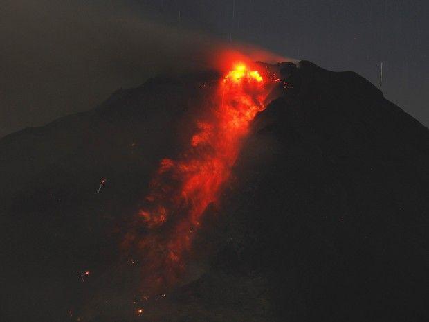Vulcão no Monte Sinabung, na Indonésia, expele lava nesta quinta-feira (9). Cerca de 20 mil moradores foram evacuados da área.  (Foto: Roni ...