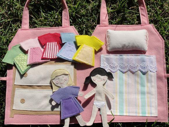 Casinha de meninas em feltro e tecido, com duas meninas e 6 roupinhas para usar e abusar da imaginação!    Obs: podem variam as estampas e cores dos tecidos.