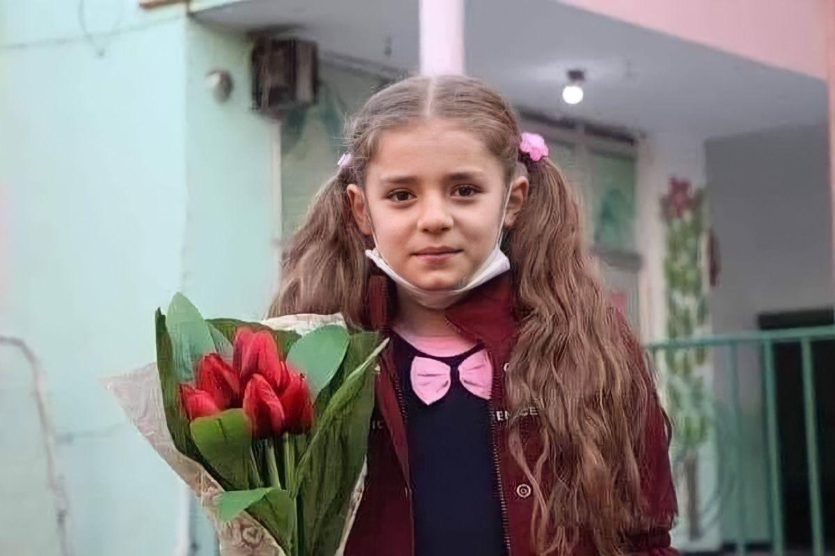 من تحت الركام إلى العالمية سارة كيالي 8 سنوات طفلة من قرية حزانو في ريف إدلب بسوريا ولدت على أنقاض البيوت المدمرة لم تسمع منذ ولادتها ال Fashion Crown Muslim