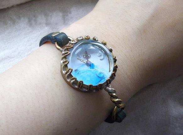 青と白を基調にしたさわやかな時計です。レンズには青いビーズを一粒埋め込んであります。文字盤の白とレンズの青がキレイなコントラストを作ります。海岸のお散歩に着け... ハンドメイド、手作り、手仕事品の通販・販売・購入ならCreema。