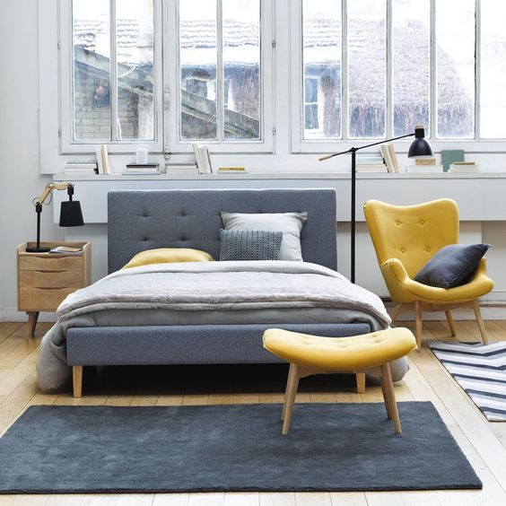 Installer un joli fauteuil jaune moutarde dans une chambre grise est une bonne idée pour créer
