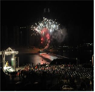 The fireworks which is displayed at the Sejong reservoir opening event [ 세종보 공식 개방행사 중 펼쳐진 불꽃놀이 ]
