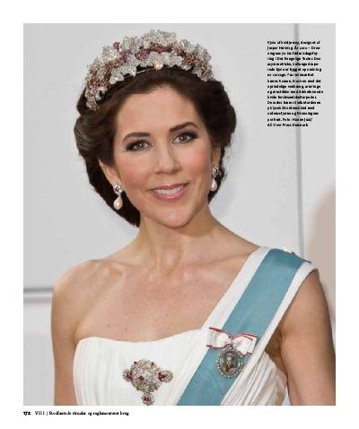Frisure-/hårsmykke-skits Kronprinsessen med bryllupsdiademet og halssmykke fra Marianne Dulong, til middag på Fredensborg Slot. Jenshttps://se.pinterest.com/lovebooksabove/danish-ruby-parure/