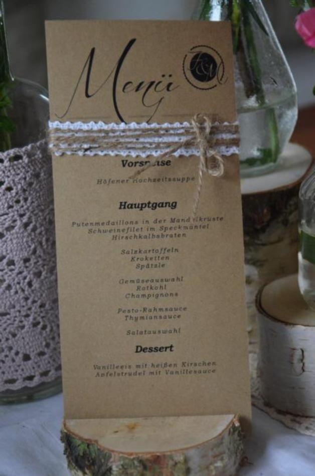 Wunderschöne Menükarten zur Hochzeit im Vintagestyle. Von uns handgefertigt mit Spitzenband und Bäckergarn. Diese Menükarte dient als graphische- und gestalterische Vorlage und kann mit Euren...