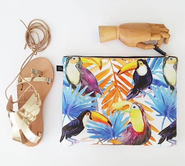 Do you wear a tropical print with your gold sandals? We say yes !! 🌴🌴 Shop link in bio 👆#lovefromcyprus #tropical #tropicalvibes #greeksandals #goldsandals #toucan #print #neoprenebag #summerstyle #flatlay