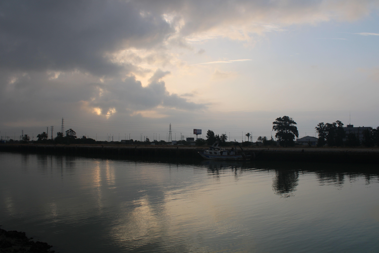 orilla opuesta a la avenida bajamar en el rio Guadalete