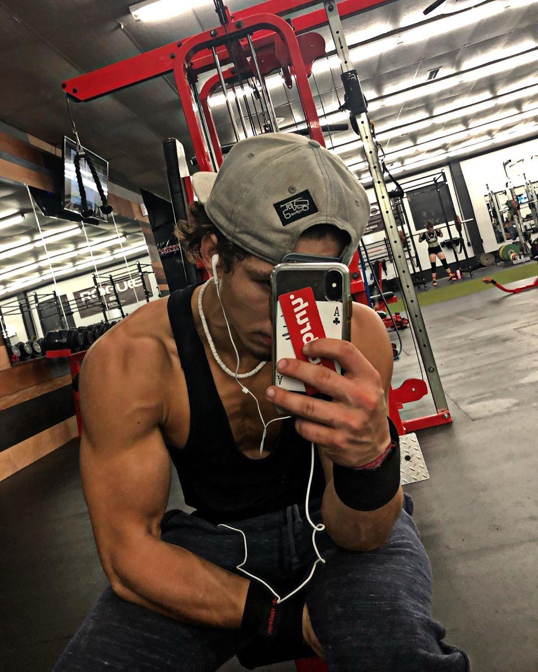 Monday means chest day @floydsgym_lex ‼️‼️ • • • • #gym #gymrat #train #hard #chest #shredded #gainz...