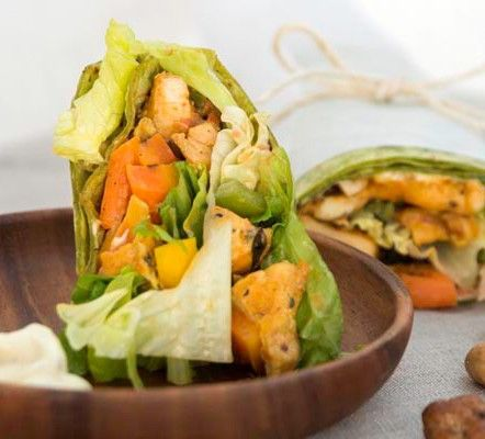 WRAP INDIAN CURRY. Pollo al Curry, Zanahoria, Pimientos, Nuez, Mix de Lechugas. http://delizimo.com/producto/wrap-indian-curry/