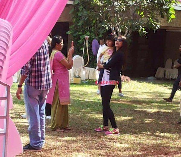 Inside Pics: Aaradhya poses with mommy Aishwarya & daddy Abhishek! | PINKVILLA