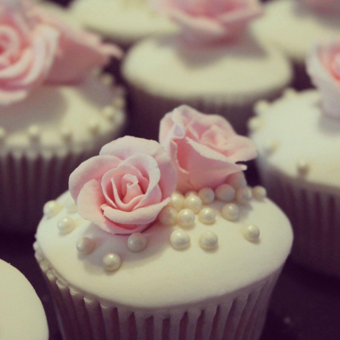 Cupcakes de vainilla con betun de mantequilla y fondant.