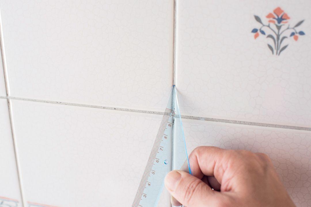 100均の三角定規がフローリングとタイルの掃除に大活躍 プロのワザを公開 掃除 100均 タイル
