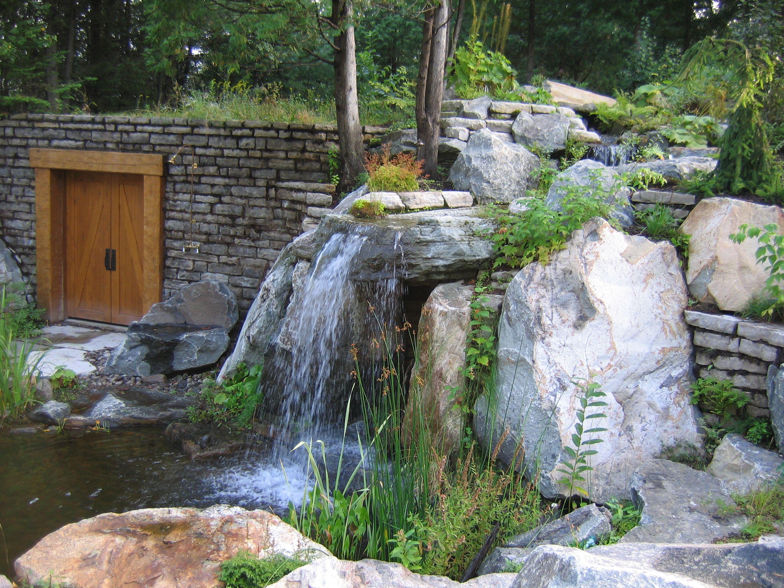 Une chute d'eau, réalisation pierres, muret, porte, débit
