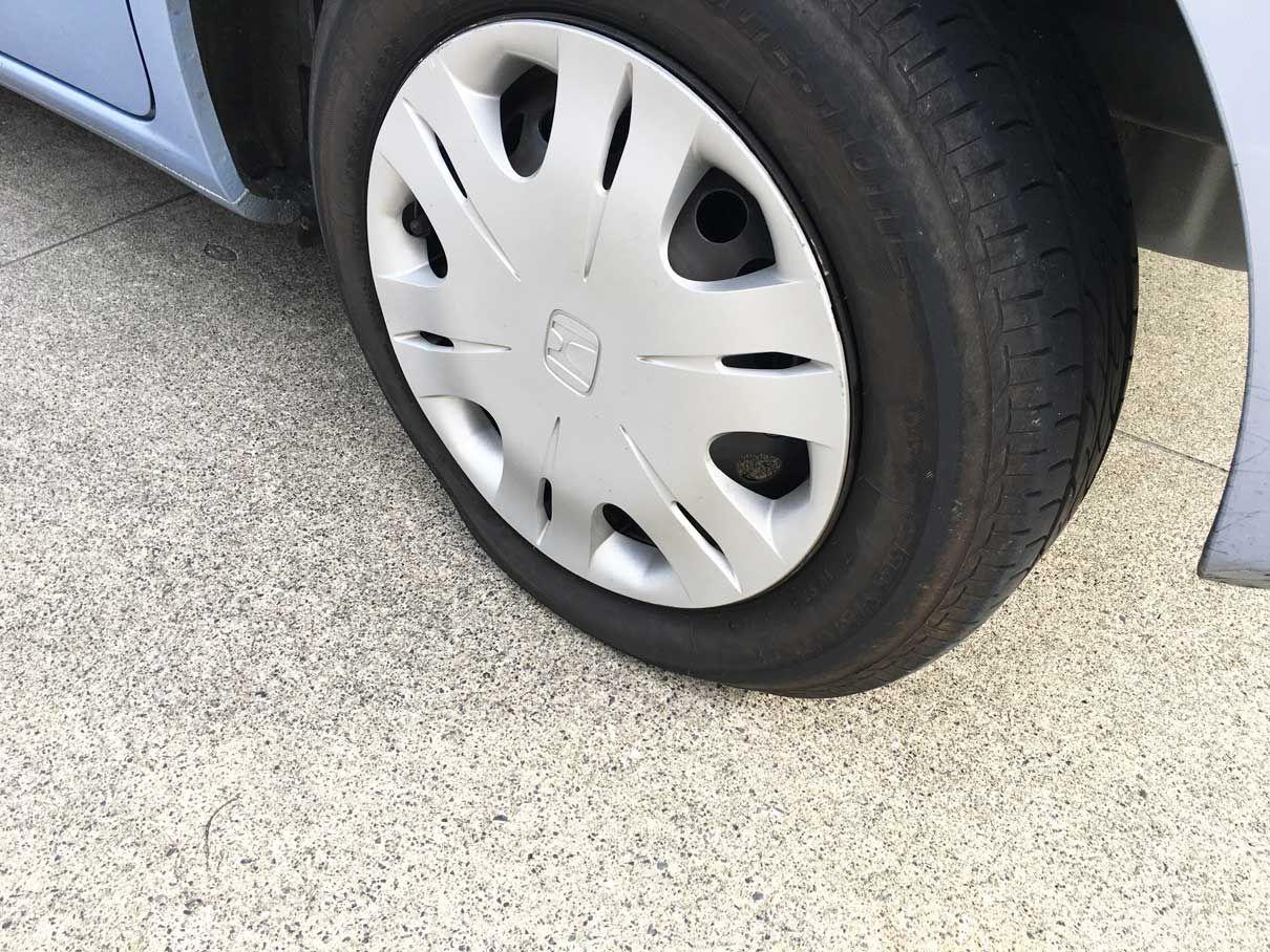 車のタイヤがパンク 空気が抜けるまでの所要時間と修理費用は 実体験レポ タイヤ 修理 車