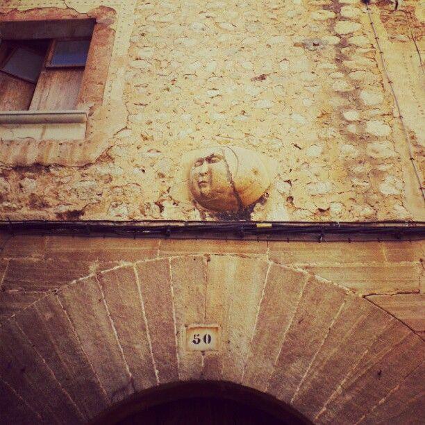 Sóllerin yhden vanhimmista taloista tunnistaa oven yläpuolella olevasta kuusta, jonka mukaan ostoskatu la Lunakin on saanut nimensä. #aurinkomatkaaja #mallorca #sóller #la luna