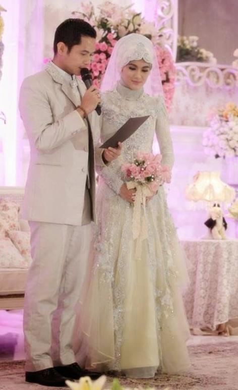 masih bingung mencari model kebaya pengantin muslim berikut ini yang cocok untuk baju
