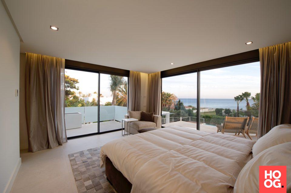 Luxe slaapkamer inrichting met tweepersoonsbed en balkon ...