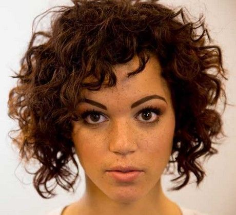 Coupe courte cheveux ondules naturellement