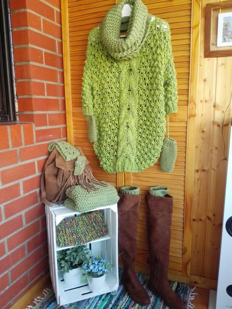 Precioso minivestido verde tejido a punto de garbanzo con una gran trenza central de ochos. Los complementos le dan un toque muy especial. Cuando bajen las temperaturas... ¡a estrenar!