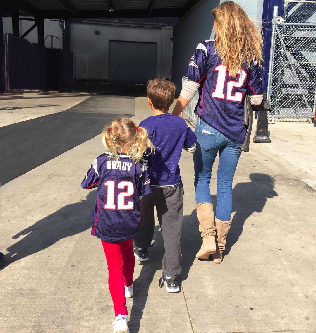 5 Game Day Outfits Inspired By Gisele Bundchen Gameday Outfit Football Game Outfit Football Jersey Outfit