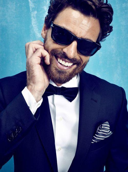 Dunkelblauer Anzug Weisses Businesshemd Dunkelblaue Fliege Weisses