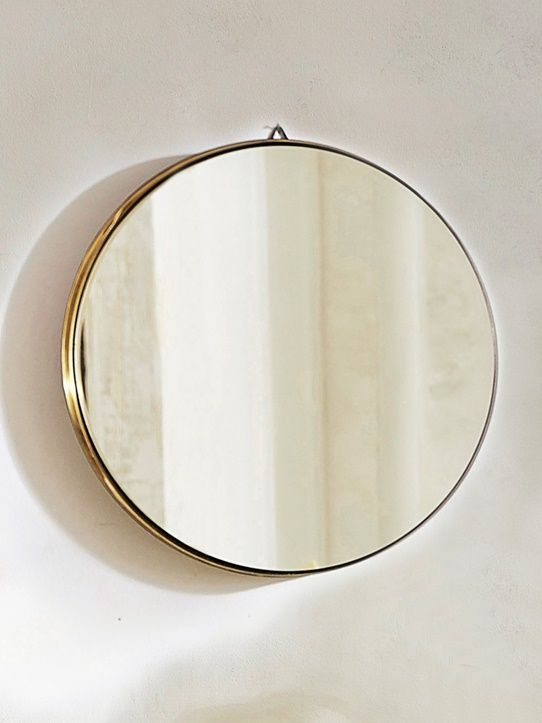 Noir l 39 ext rieur dor l 39 int rieur ce grand miroir for Miroir rond grand format
