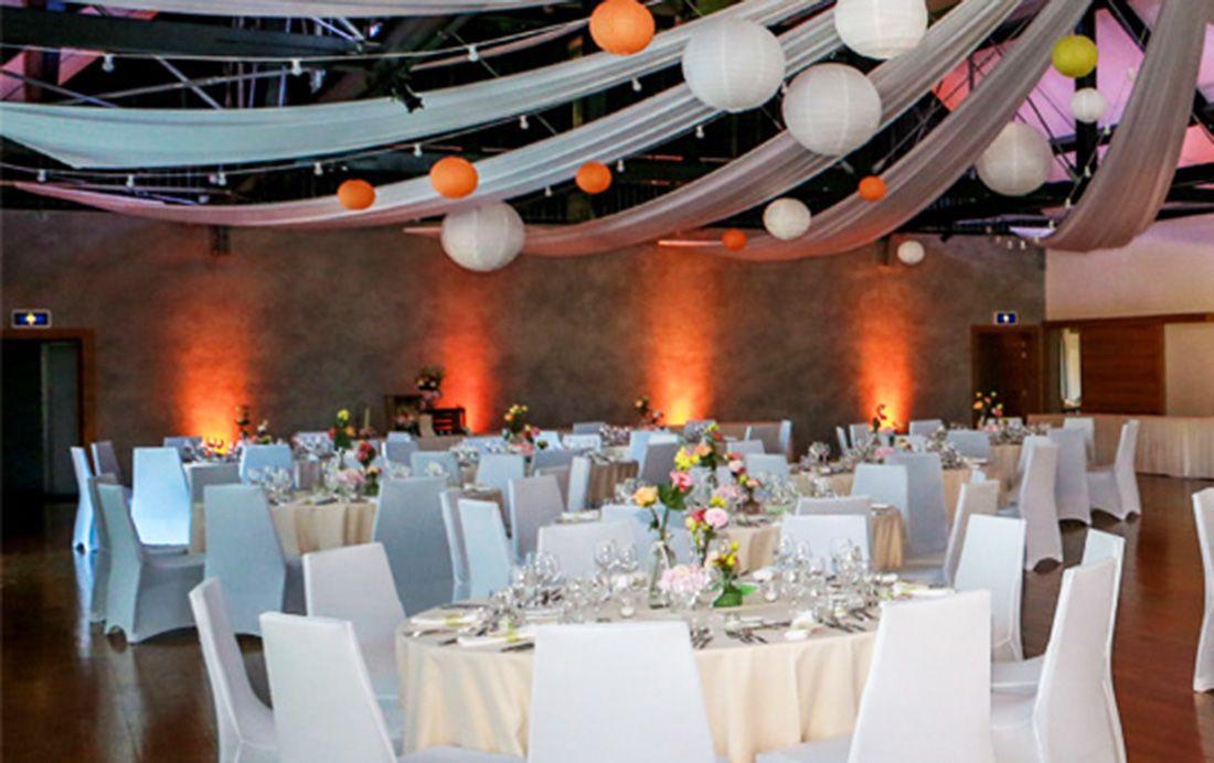 Décoration de salle  Drapé de plafond en tissu blanc, guirlandes