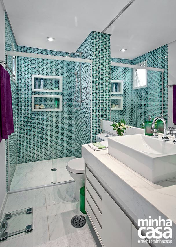 Banheiro com pastilhas verde água e piso de porcelanato  baños  Pinterest  -> Banheiro Com Pastilha De Vidro Verde Agua