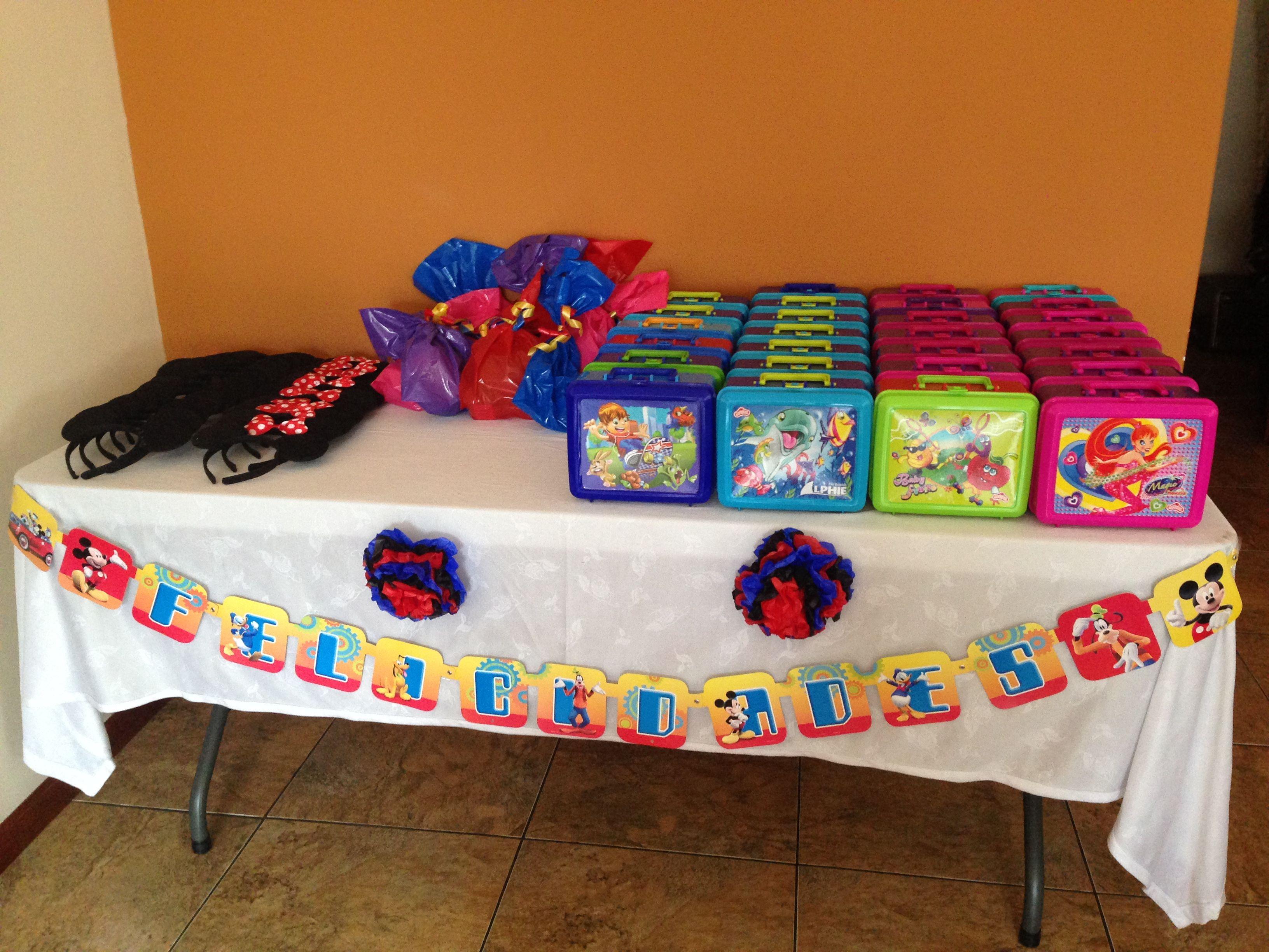 Mesa de sorpresas o regalos para los invitados que incluye una lanchera con una bolsita de dulces por dentro. Se regaló a cada invitado orejas de mickey mouse a su llegada :)
