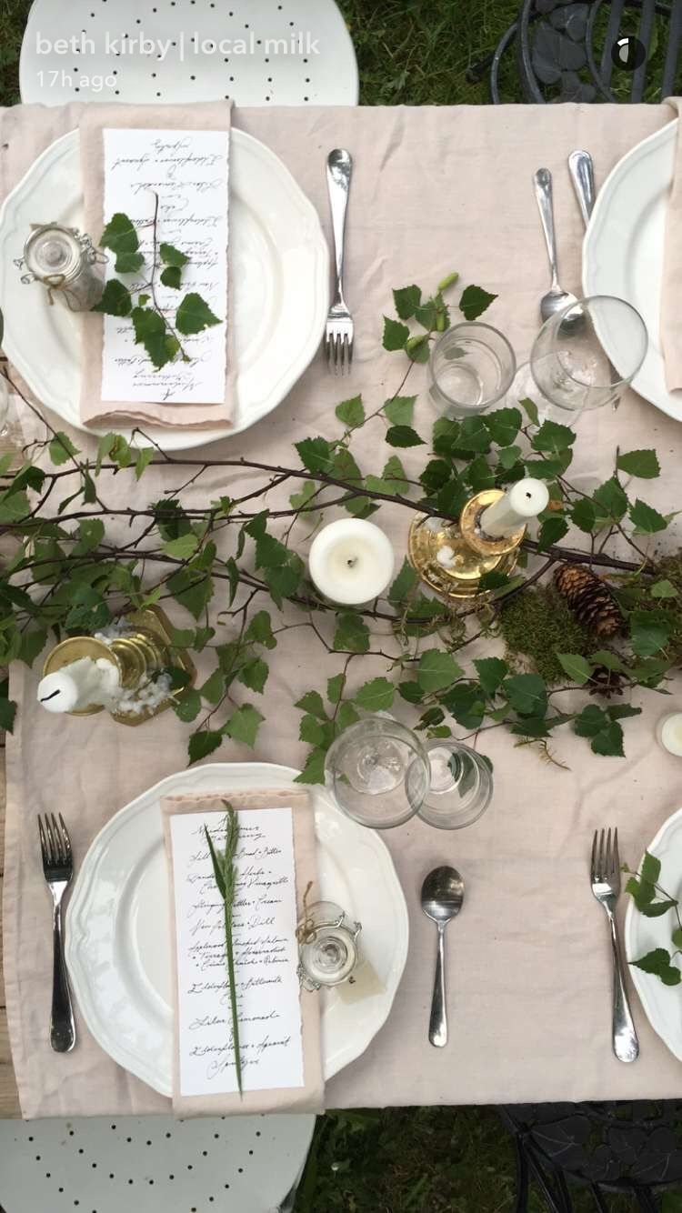 blush cloth napkins, gold accents, greenery